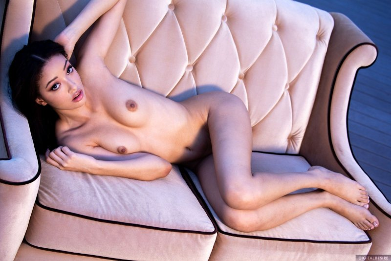 Тощая брюнетка светит своими прелестями - фото эротика.
