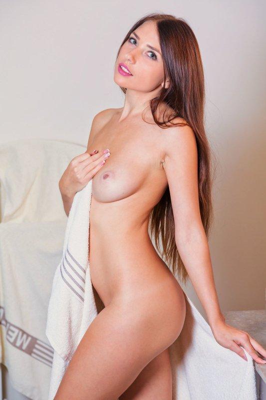 Сексапильная девица намочила попку в душе - фото