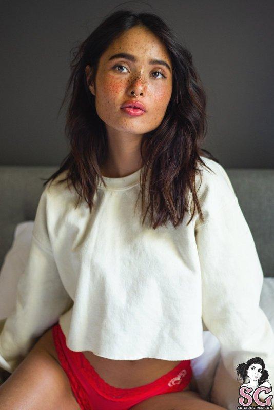 Девушка с веснушками и пухлыми губками - фото