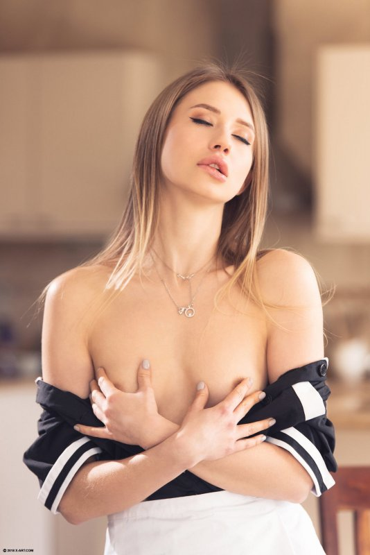 Сексуальная домохозяйка шалит одна дома - фото