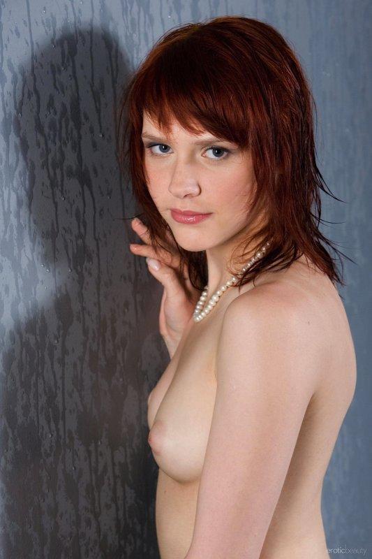 Рыжая девица с интимной стрижкой на лобке - фото