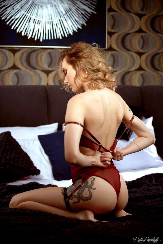 Девушка в эротичном бельё на кровати - фото