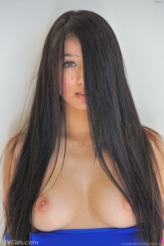 Длинноногая девица в короткой юбке - фото