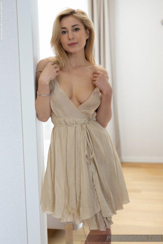 Блондинка с красивыми сиськами в спальне - фото