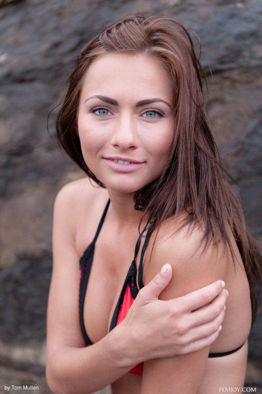 Красотка снимает купальник у скал - фото