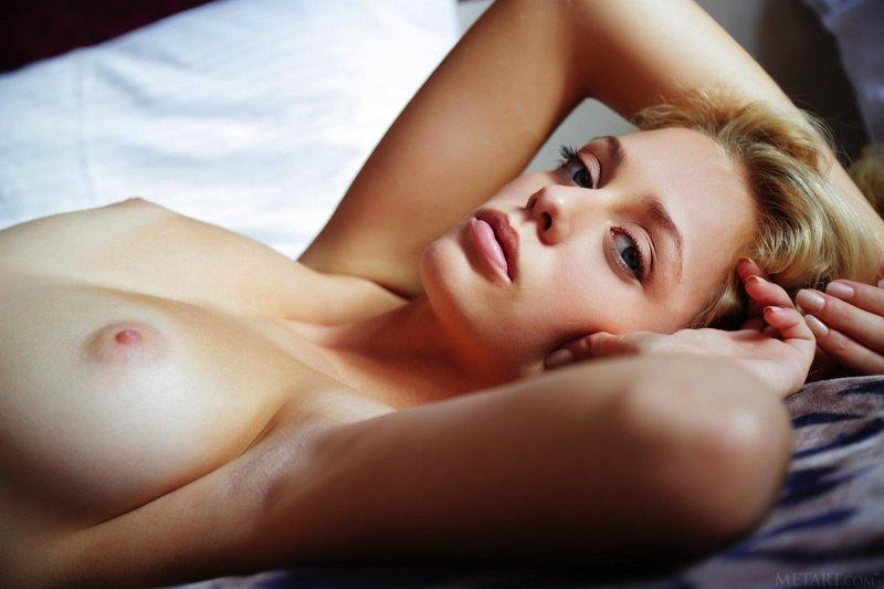 Сексапильная девушка с красивыми глазами - фото