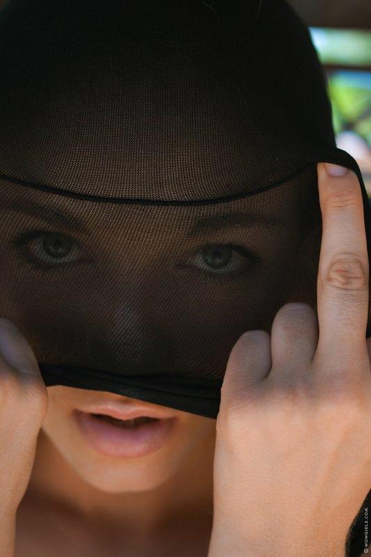 Белокурая девица с красивой жопой в колготках - фото
