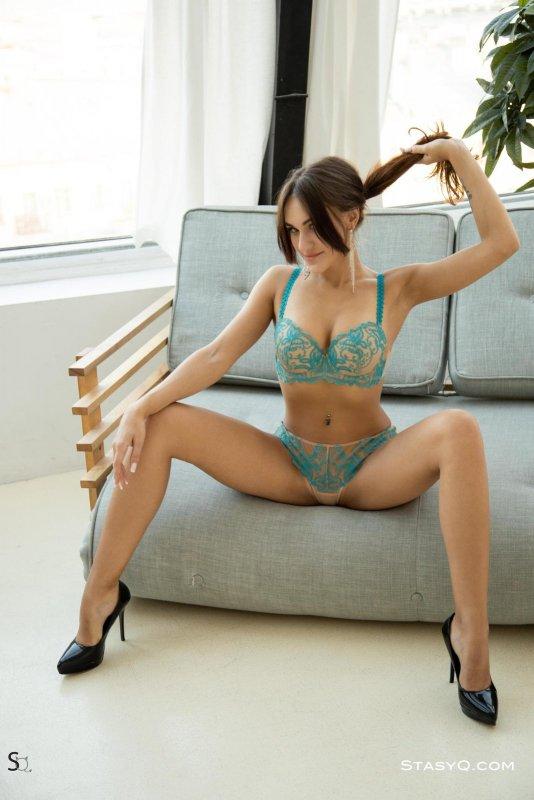 Девушка с красивым телом в нижнем белье - фото