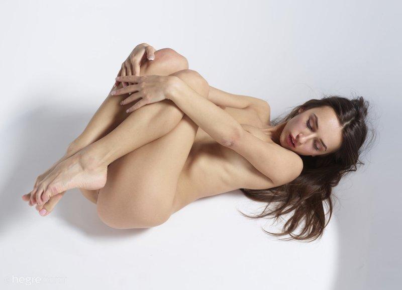 Девица с красивой гладкой писькой  - фото
