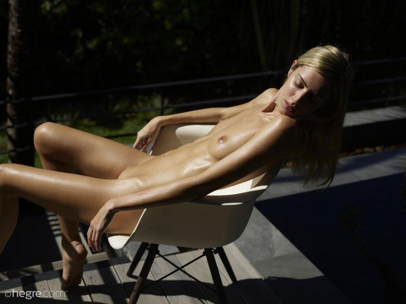 Тощая голая блондинка показывает письку - фото