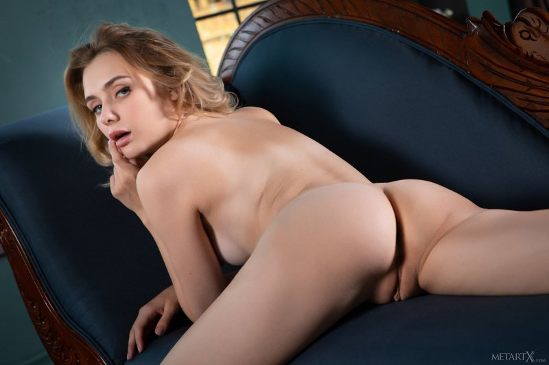 Сексапильная блондинка в чёрном белье - фото
