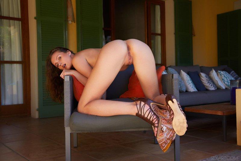 Смачная дамочка раздвигает голую рогатку - фото