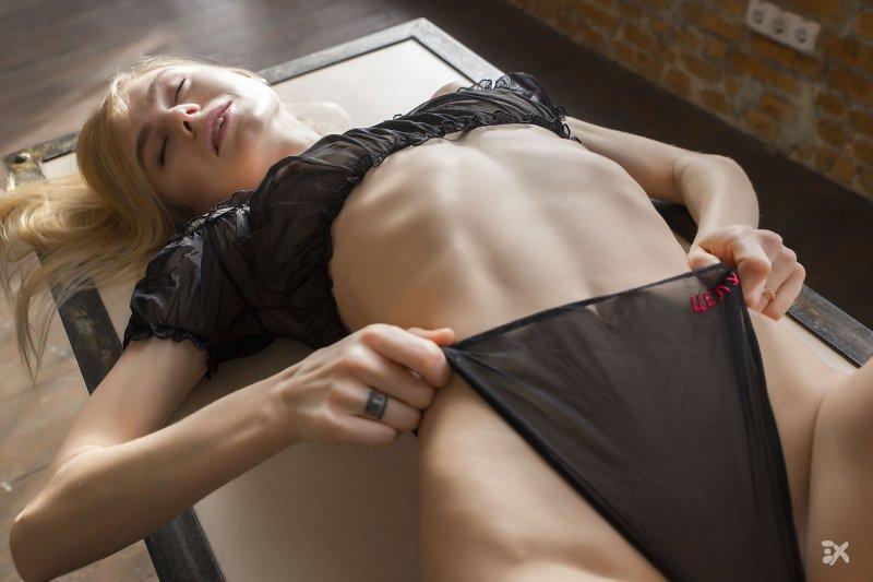 Красивая блондинка с упругой попой в стрингах - фото