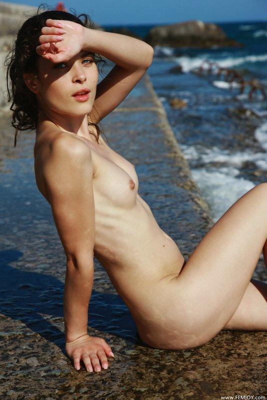 Сексуальная девушка у чёрного моря - фото