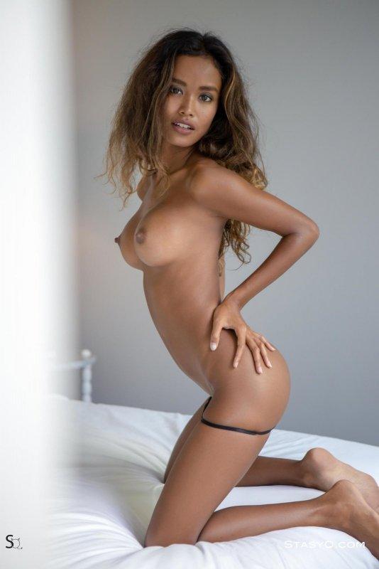Сексуальная мулатка с силиконовыми сиськами - фото