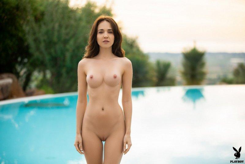 Шатенка в нижнем белье у бассейна - фото