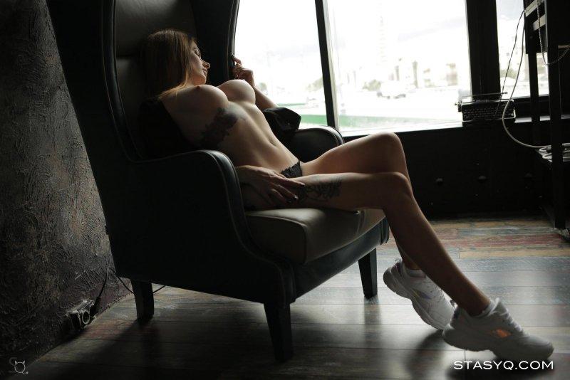 Сексуальная модель с красивым телом сняла трусики - фото