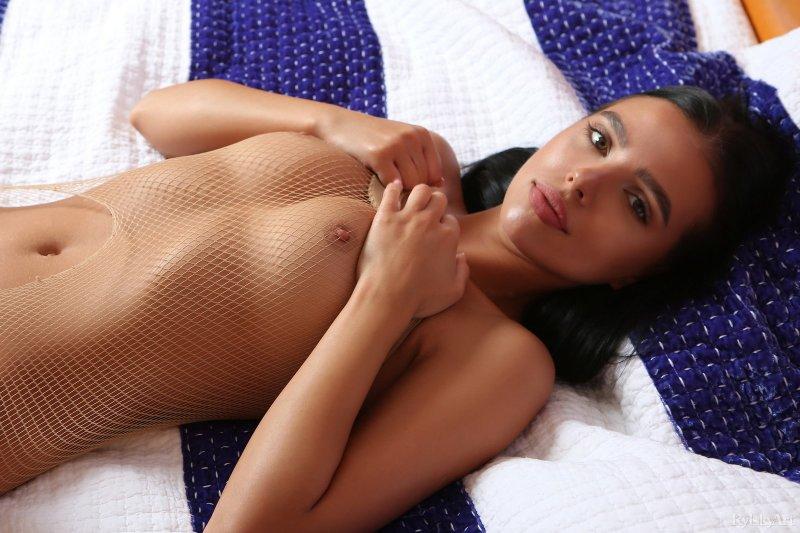 Девушка в колготках на голое тело  - фото