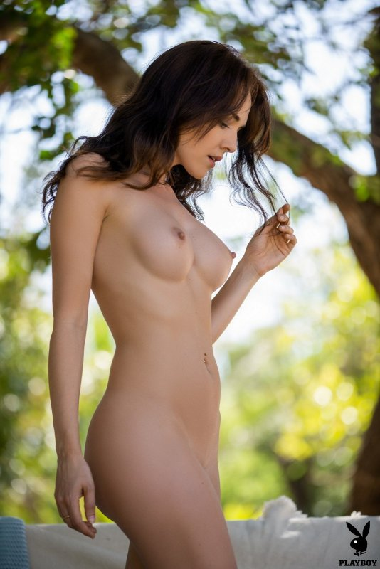 Шатенка с красивыми упругими сиськами - фото
