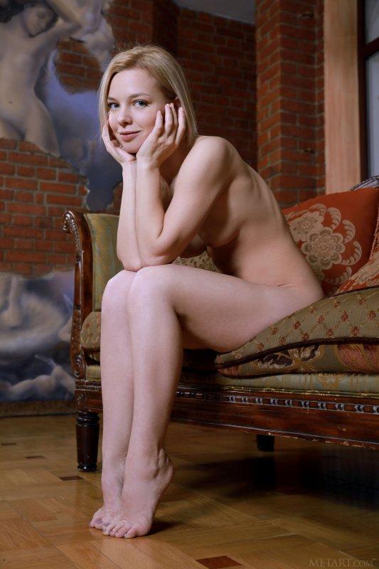 Белокурая девица с красивой попой - фото