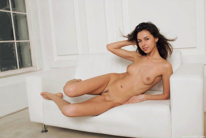 Стройняшка с худенькой талией на диване - фото