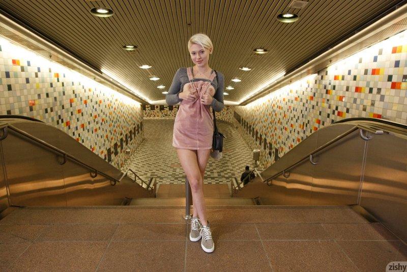 Блондинка показала   и сиську - фото