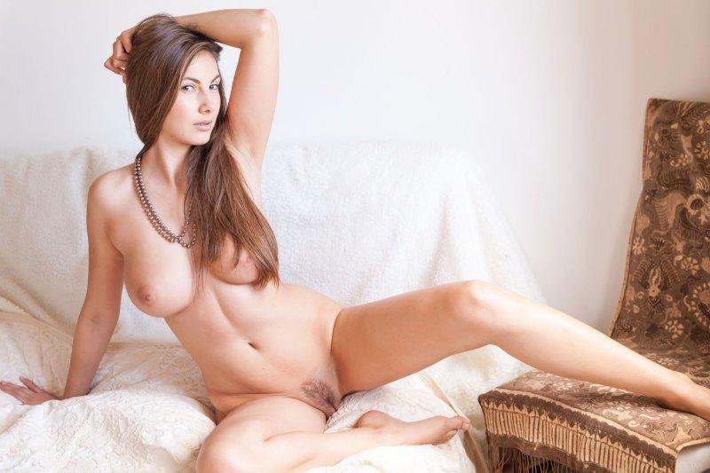 Милашка без одежды с аппетитным телом  - фото