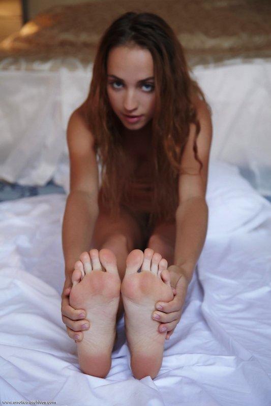 Стройная девка кувыркается в спальне - фото