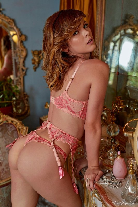 Роковая красотка в нижнем белье - фото