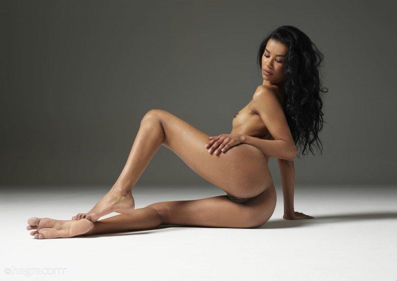 Мулатка с плоскими сиськами и красивой попой - фото