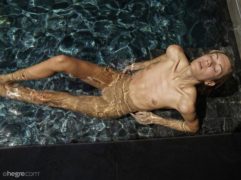 Тощая баба с плоской грудью купается в бассейне - фото