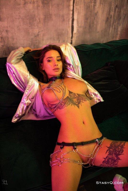 Дерзкая сучка в татуировках - фото