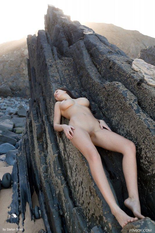 Модель с красивым телом и сиськами - фото