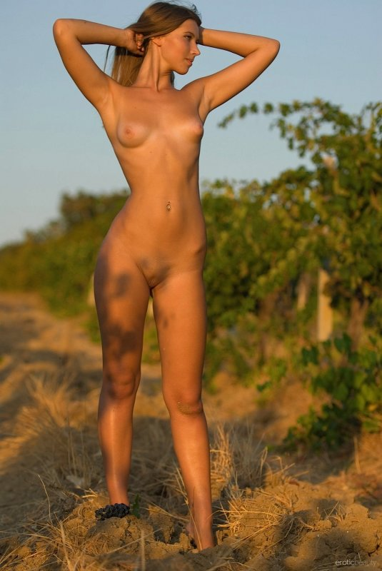 Обнажённая гуляет на свежем воздухе - фото