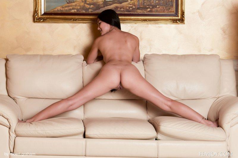 Симпатичная азиатка с нежным телом - фото