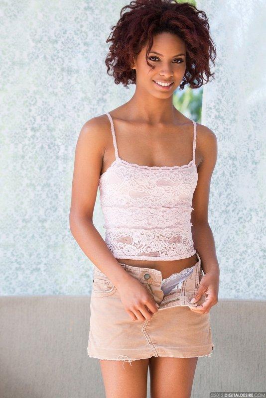 Молодая негритоска снимает юбку и кружевные  - фото