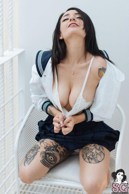 Сучка в татуировках сняла юбку - фото