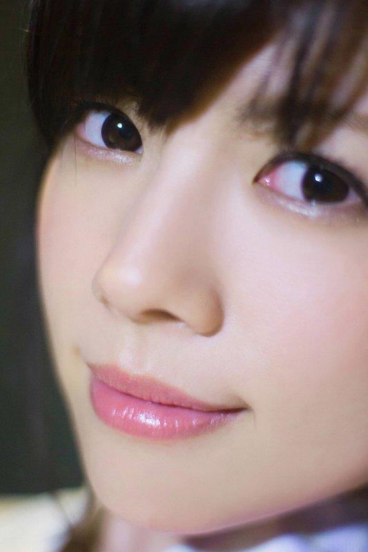 Японка в очках и красном нижнем белье - фото