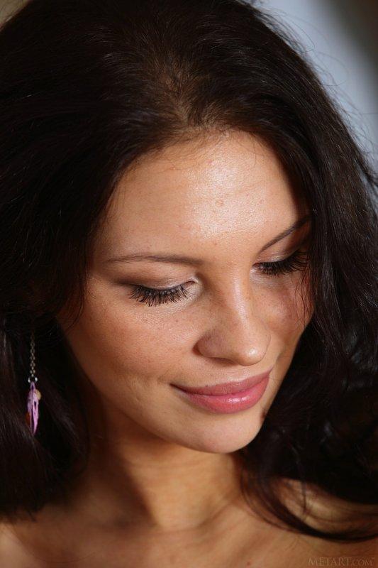Грудастая брюнетка в розовом белье - фото