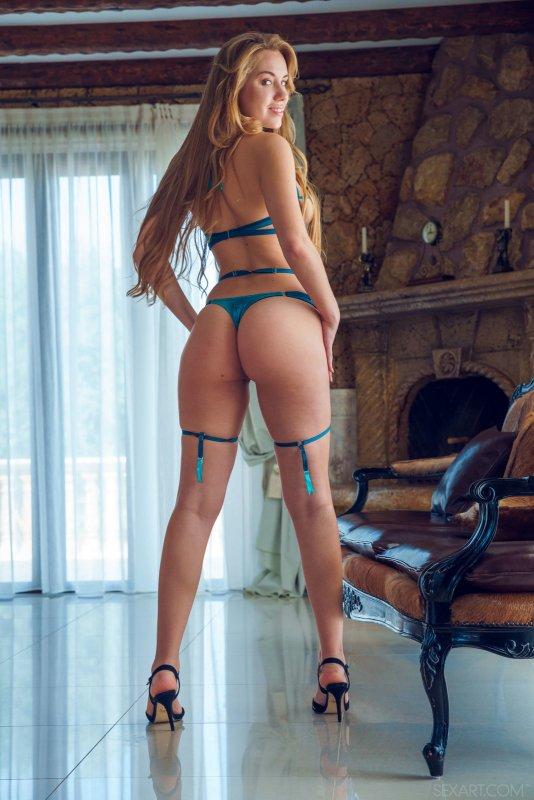 Сексуальная девушка с аппетитной задницей - фото