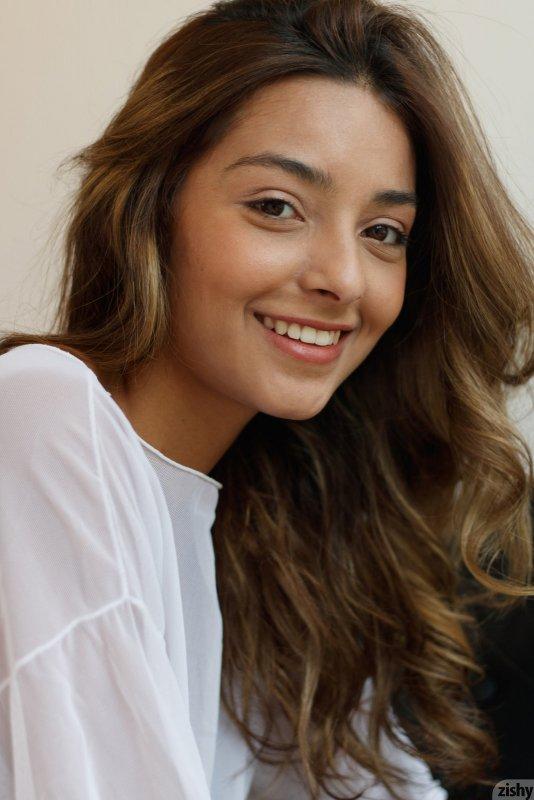 Молодя девка светит плоские сиськи - фото