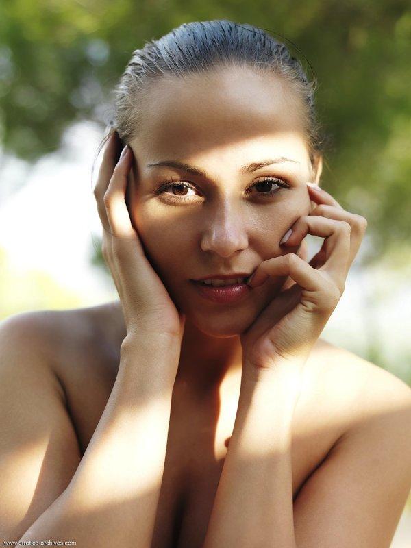 Смазливая девушка с красивой киской - фото