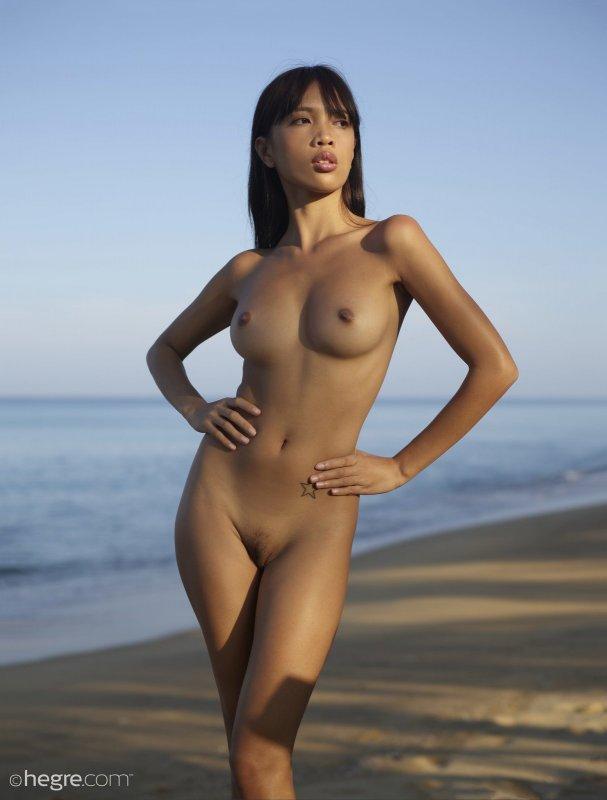 Сексуальная голая филиппинка позирует на пляже - фото