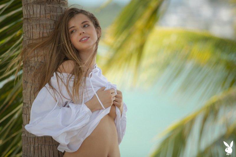 Сексапильная модель позирует среди пальм - фото