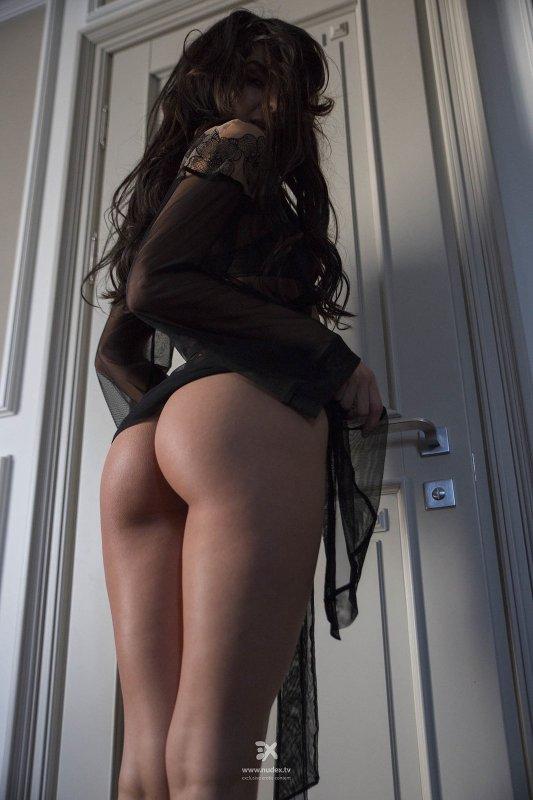 Сексуальная девушка с красивой попой - фото
