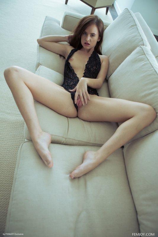 Молодая шалунья растягивает киску пальцами - фото