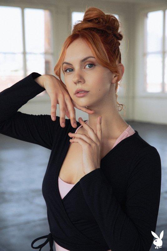 Сексуальная рыжая гимнастка обнажила прелести - фото