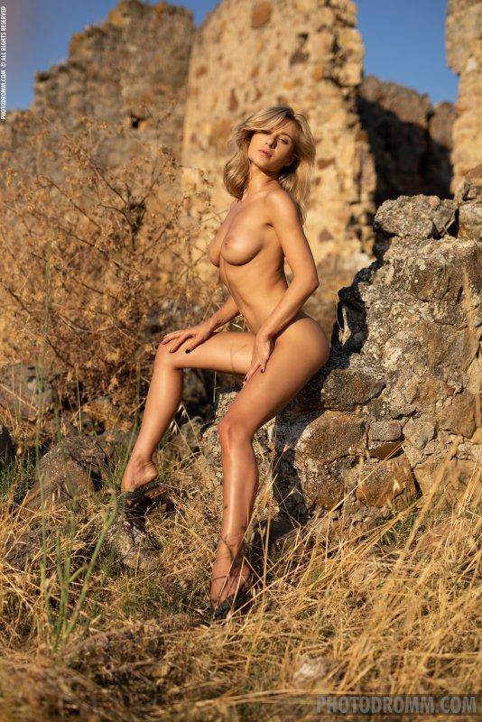 Белокурая модель со сногсшибательной фигурой - фото