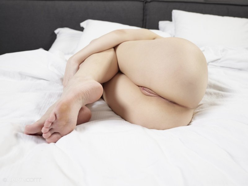 С голой пиздой раздвинула ноги в кровати - фото