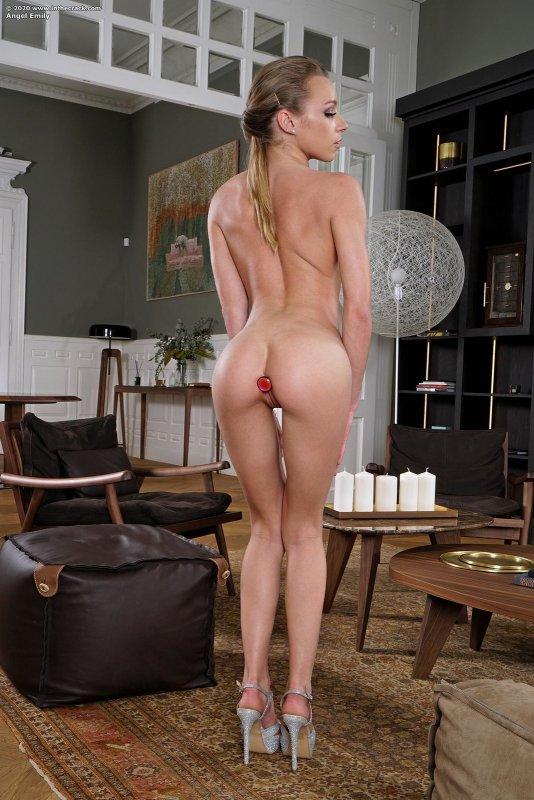 Худышка с розовой писькой сняла платье - фото
